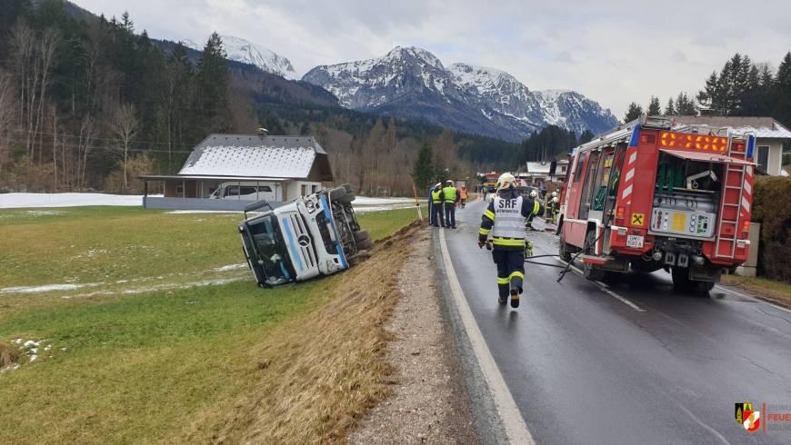 Verkehrsunfall LKW und PKW – Lenker im Fahrzeug eingeklemmt